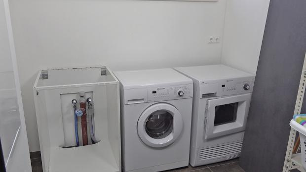 Arbeitsbereich mit Haushaltsgeräten und Spülschrank