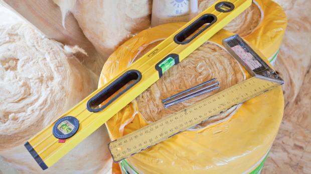 Werkzeug auf einer Rolle Mineralwolle