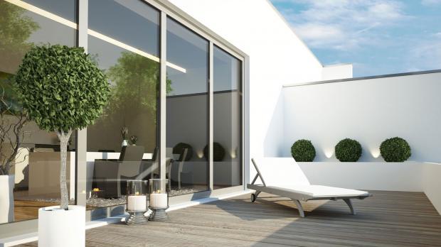 Große Fensterfront an der Terrasse