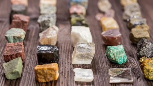 Verschiedene Steine und Kristalle in Auswahl