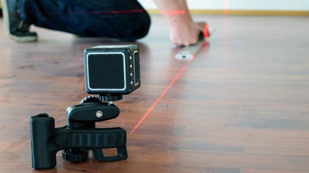 Laser-Entfernungsmessgerät im Einsatz