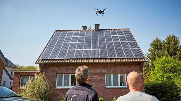 Drohne überfliegt Solarzellen auf dem Dach