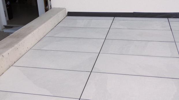 Frisch verlegte Terrassenplatten