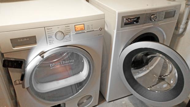 Wärmepumpentrockner neben der Waschmaschine