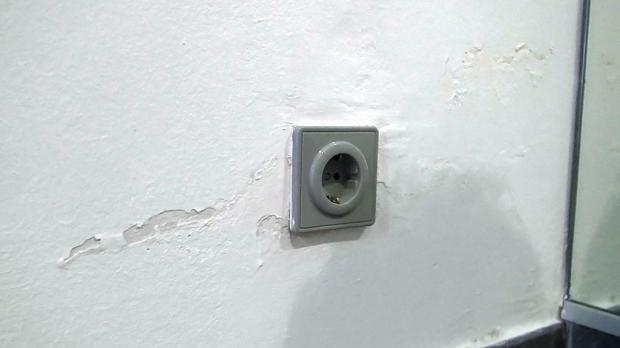 Wasserflecken an der Wand entfernen