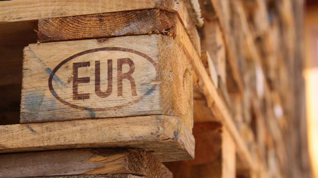Brandzeichen EUR auf der Palette