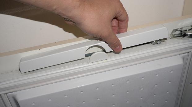 Schraubenblenden von Gefrierschrank-Tür entfernen