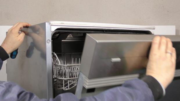 Tür der Spülmaschine öffnen