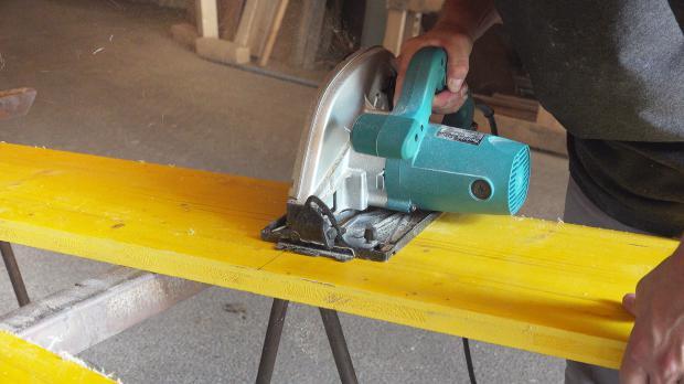 Bretter für die Schalung zuschneiden