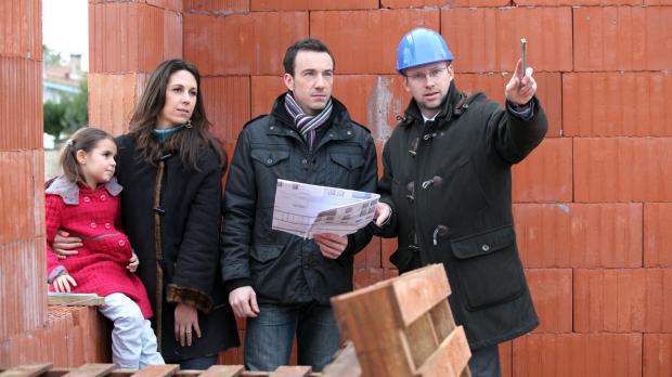 Familie auf dem Bauplatz