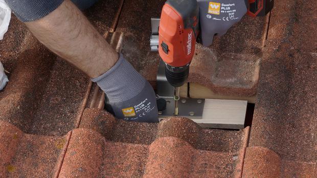Dachhaken setzen: Der erste Schritt, um die Ausrüstung zur Photovoltaik selber zu montieren