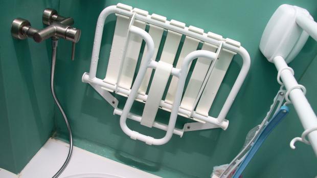 Klappsitz für barrierefreies Duschen