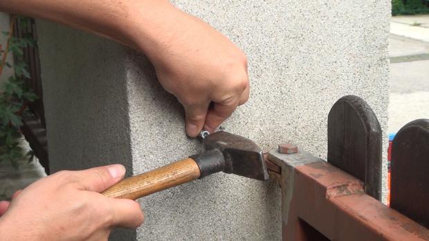 Dübel mit Hammer einschlagen