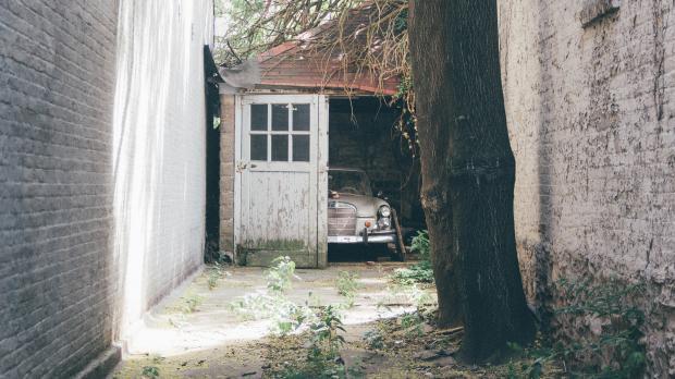 Alte Garage ohne Sicherheitsvorkehrungen