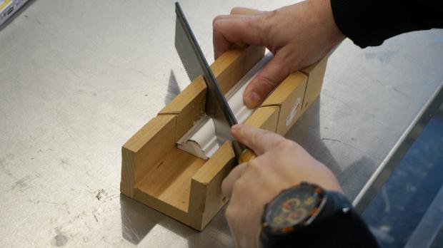 Stuckleiste auf Gehrung zuschneiden