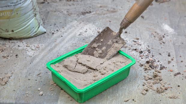Stecklingsschale mit Sand anfüllen