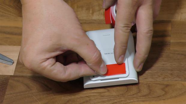 Montageplatte mit Klebestreifen versehen