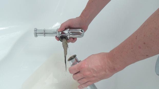 Siphon zerlegen und Verunreinigungen entfernen