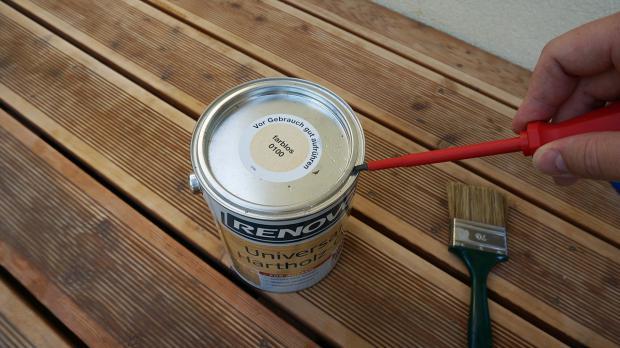 Öl aufschütteln und Behälter öffnen