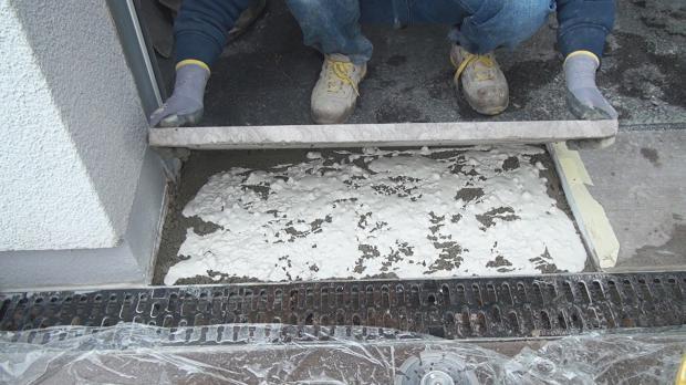 Natursteinplatte einsetzen