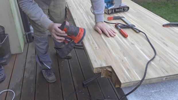 Kanten der Tischplatte schleifen