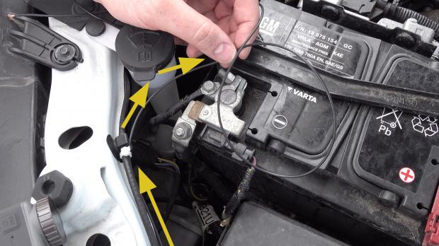 Schwarzes Kabel zum Minuspol der Batterie führen