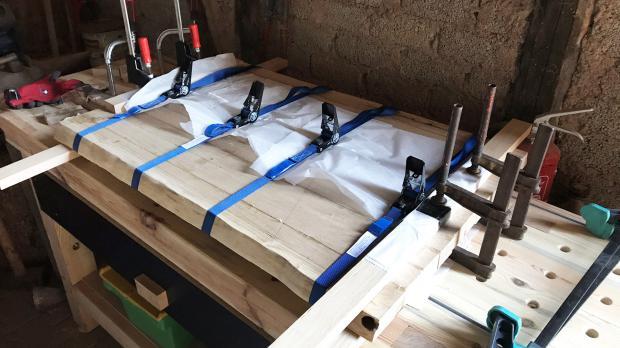 Beide Tischplattenhälten miteinander verleimen