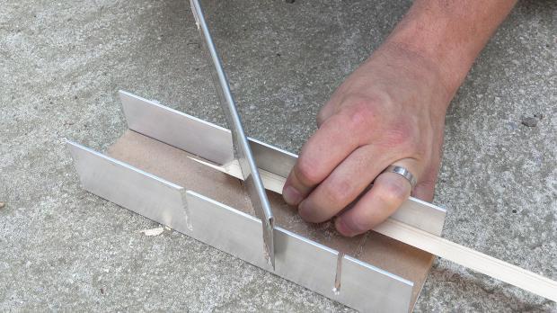Dreiecksleiste von 1x1 cm auf Gehrung schneiden
