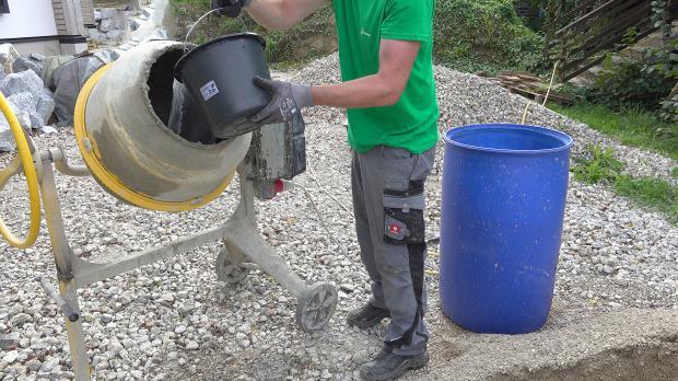 Wasser in der Mischmaschine vorlegen