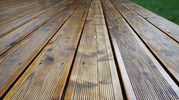 Aufgefrischte Holzterrasse nach dem Ölen
