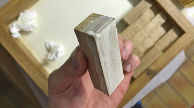Holzklötze mit Leim bestreichen