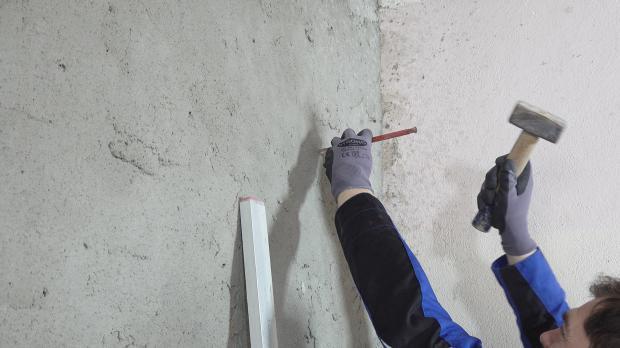 Hilfsschnüre an die Wand spannen