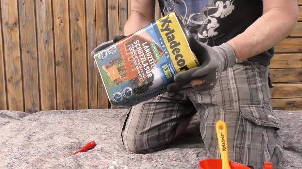 Gartenhaus streichen: Lasur aufschütteln