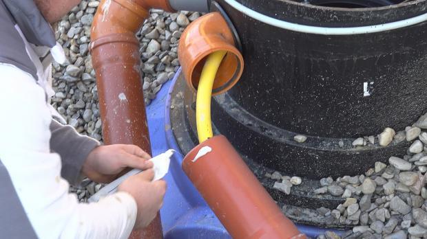 Entnahmeschlauch und Stromleitung für Pumpe in Leerrohr verlegen