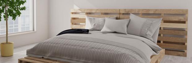 Aus Paletten gebautes Bett