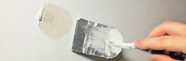 Bohrloch wird mit einem Kellenspachtel befüllt