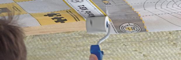 Klebestreifen an der Dampfbremsfolie mit Gummiroller glätten