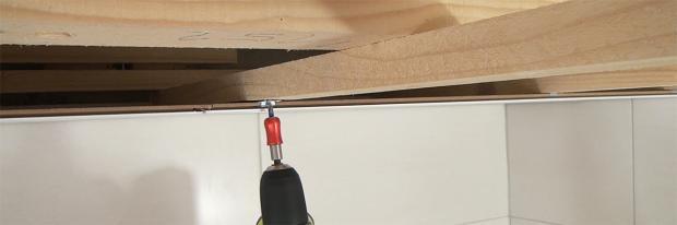 Schraubkralle eines Deckenpaneels anschrauben