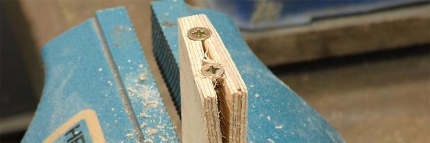 Aufgesprungenes Werkstück mit zwei Schrauben