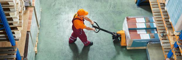 Hubwagen im Warenlager im Einsatz | © Kadmy – stock.adobe.com