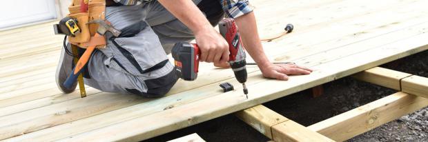 Wegwerf-Akkuschrauber? Holzbohlen aus dem Regenwald? Es gibt vieles, was beim Umwelt-Heimwerken schiefgehen kann.