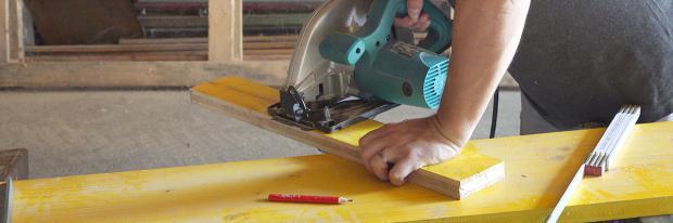 Seitenteile für die Schalung zuschneiden