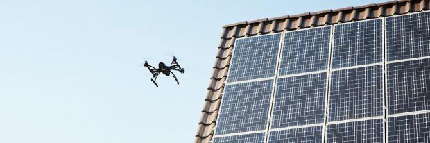 Eine Drohne überfliegt die heimischen Solar-Paneele auf dem Dach