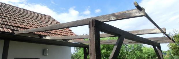 Abgedeckte und zum Abbauen bereite alte Terrassenüberdachung