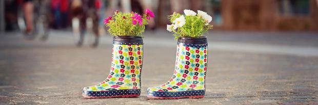 Gummistiefel als Blumentöpfe auf der Straße | © kaliantye - stock.adobe.com