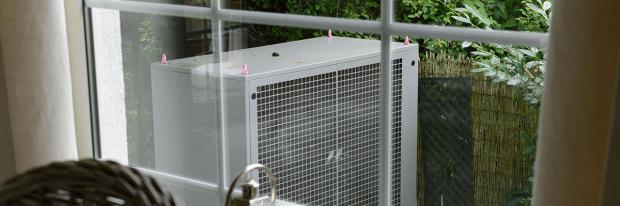 Splitanlage einer Luftwärmepumpe im Garten
