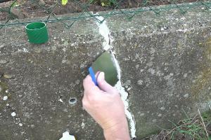 Risse in Beton ausbessern