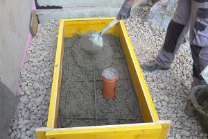 Kleinen Betonsockel betonieren