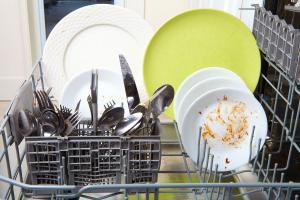 Die Spülmaschine reinigt nicht richtig – Ursachen und Lösungen