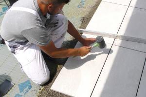 Terrassenplatten richtig verlegen: Mit Drainagebeton und Klebemörtel